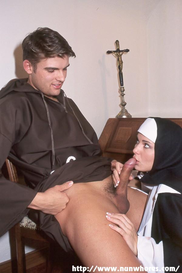 священник ебет девушку